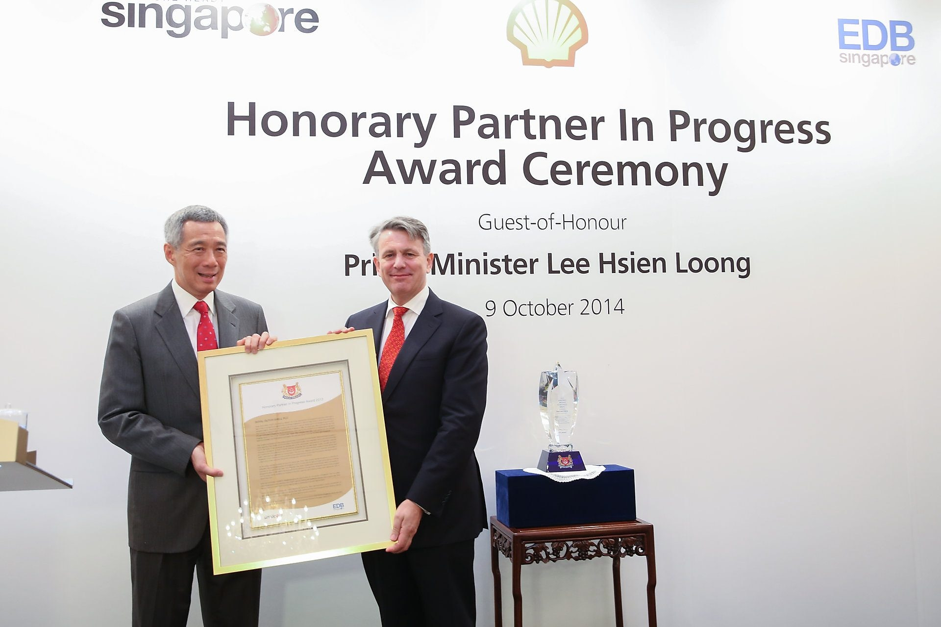 Shell Chief Executive Ben van Beurden receives the Honorary Partner in Progress award from Singapore Prime Minister Lee Hsien Loong.
