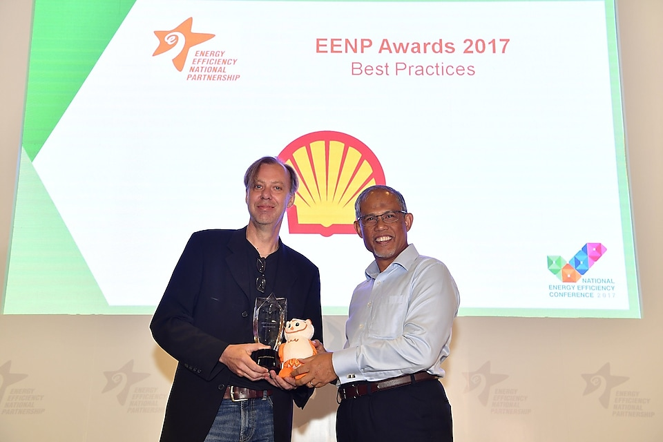 Shell Jurong Island Process Technology Manager Mr Peter Boons receiving the award from Minister for the Environment and Water Resources Mr Masagos Zulkifli.