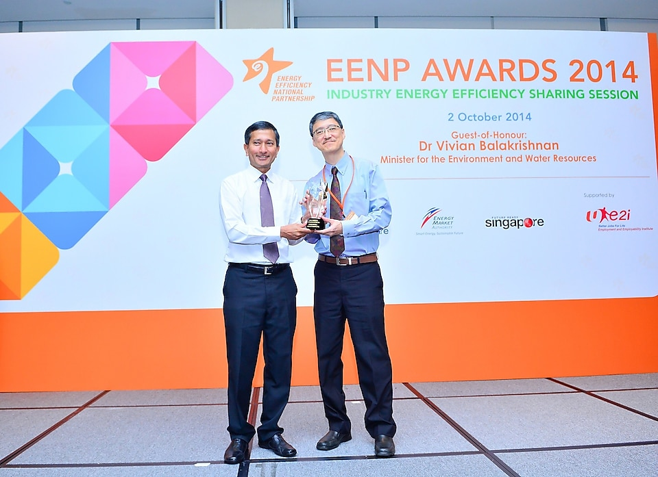 Then-Minister for the Environment and Water Resources Mr Vivian Balakrishnan presenting the award to Mr Terence Tan, Then-Technology Manager, Pulau Bukom Manufacturing Site.
