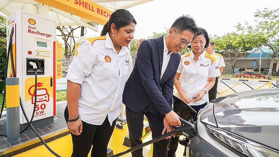 Ms Aarti Nagarajan (General Manager, Shell Retail Singapore), Mr Chng Kai Fong (Managing Director, Economic Development Board) and Ms Aw Kah Peng (Chairman, Shell Companies in Singapore) launched Shell's first EV charger, Shell Recharge, in Singapore.